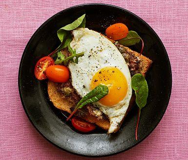 Parisare är en retrorätt klassiker baserad på nötfärs som här blandas med ägg, inlagda rödbetor och kapris. Denna smakrika färsröra läggs på bröd och steks i smör. Toppa med ett stekt ägg och bjud med en grönsallad för en härligt rustik måltid.