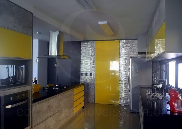 A cor também está presente na porta que conduz à despensa e em parte dos armários planejados. Eletrodomésticos de última geração em aço inox equipam esta cozinha high-tech.