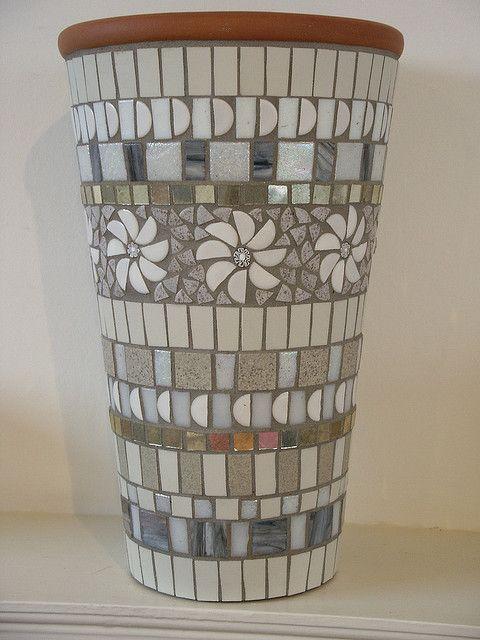 Branco e pot mosaico cinzento feito com telhas vítreo de vidro, telhas cerâmicas, millefiori e espelho de prata