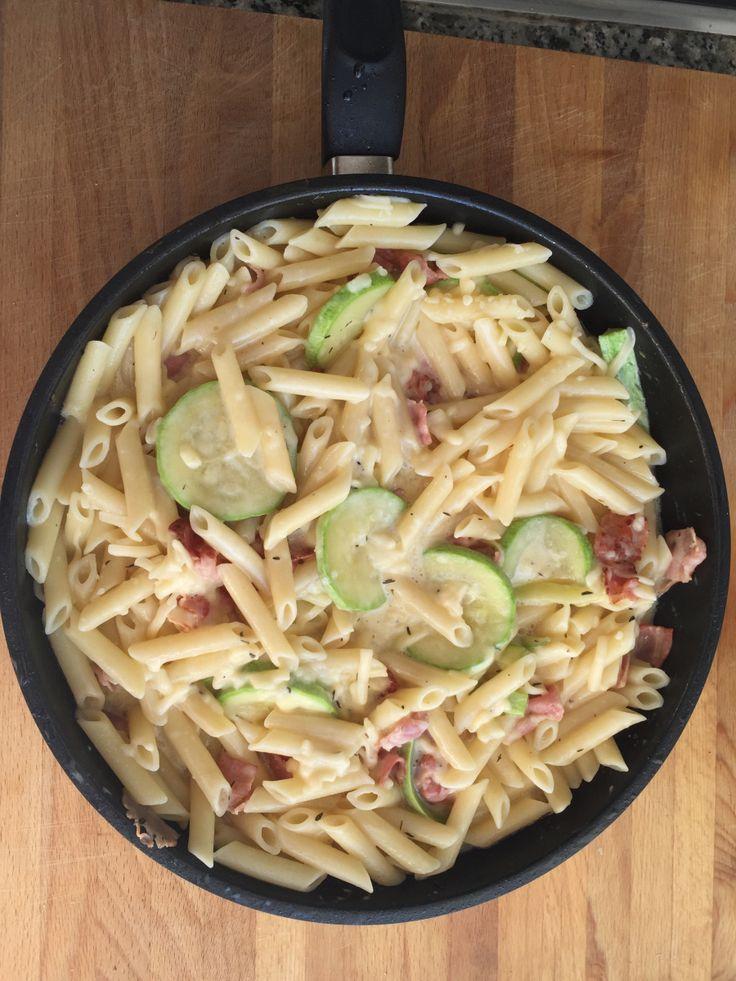 MACARRONES EN SALSA CARBONARA CON CALABACIN Ingredientes para 2 personas: 2 calabacines 200 g de macarrones 2 yemas de huevo 100 ml de nata 200 g queso parmesano Aceite de oliva 6 lonchas de pancet...
