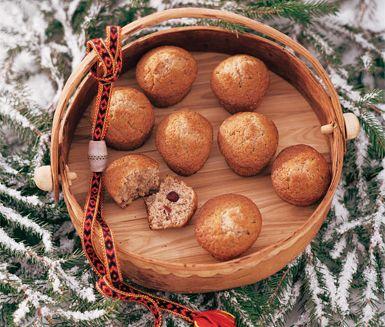Ett mumsigt recept på utsökta pepparkaksmuffins. Du gör muffinsen av bland annat smör, mjöl, socker, kardemumma, kanel, ingefära, tranbär och ägg. Snabblagat och gott till fikat!