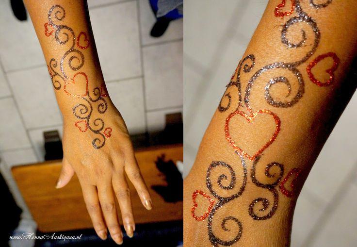 Gold and black henna design with body glitter  Ga voor meer informatie naar mijn website: www.HennaAashiqana.nl of like mijn facebook-pagina: www.facebook.com/HennaAashiqana