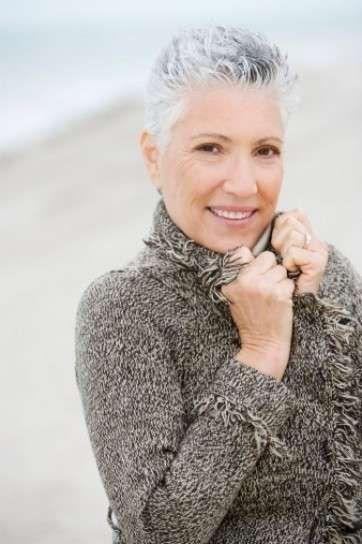 Cortes de pelo mujeres de 50: Fotos estilos rejuvenecedores - Cortes juveniles mujeres de 50: Pixie gris y blanco