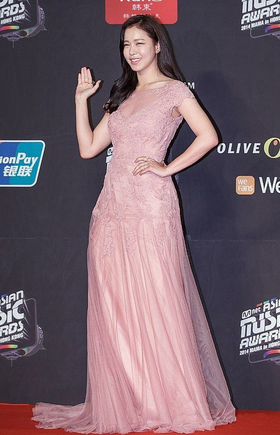 2014-MAMA-Awards-K-Star-Fashion_kyungsujin Kyung Sujin yang berperan sebagai seorang wanita yang mencintai Yoo Ah In dengan bertepuk sebelah tangan dalam K-Drama 'Secret Love Affair' mengenakan dress sutra pink yang berkesan feminin~