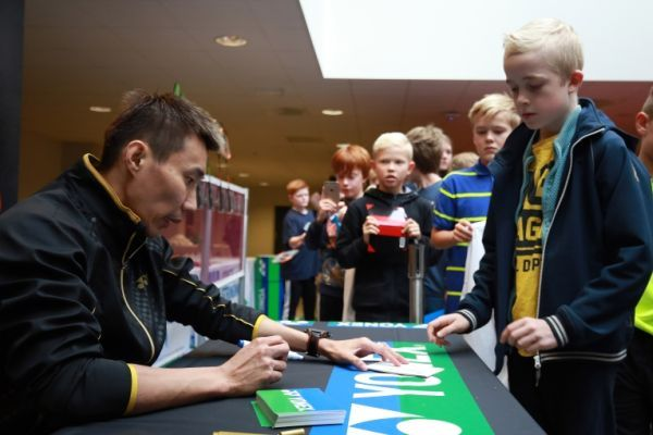 Former Denmark Open champion Lee Chong Wei signs autographs for his young fans. (BWF)