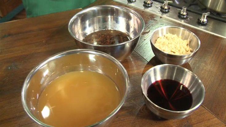 Ingredienser:1 fl rødvin (75 cl)1 dl portvin65 g hakkede mandler100 g rosiner50-75 g rørsukker1 dl snaps, rom, portvin eller vodkaFremgangsmåde:DAGEN FØR: Rosinerne lægges i blød i alkohol (snaps, rom