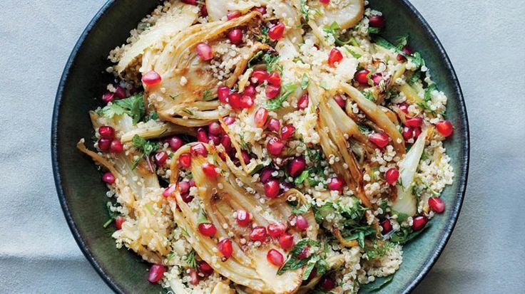 """Dopo le """"mangiate"""" delle feste, niente di meglio di un piatto depurativo, mineralizzante e ricco di fibre. Ricco di sapore e di… colore! http://lifeg.at/1bN6EvU Ecco la nostra insalata tiepida di quinoa, finocchi e melagrana."""