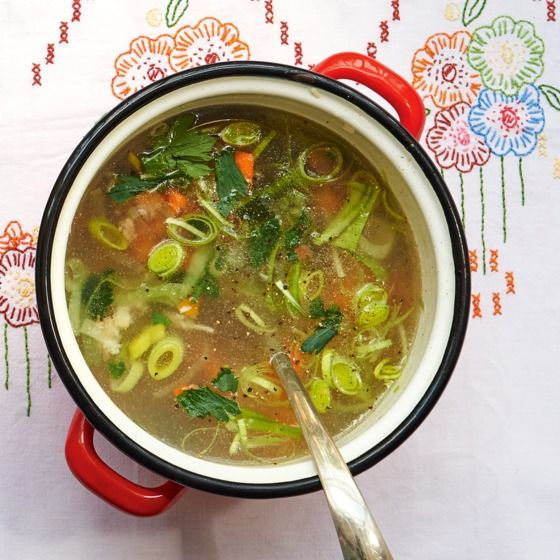 Groentesoep:Voor deze heerlijke soep bak je de groenten licht aan voor je er bouillon bij doet, zo karamelliseren de groenten een beetje. #soep #groente #JumboSupermarkten