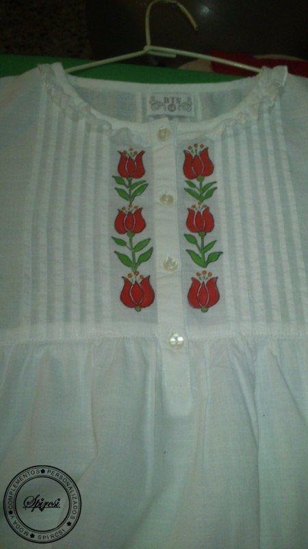 Camisa de niño,pintada a mano con motivos de Hungría.
