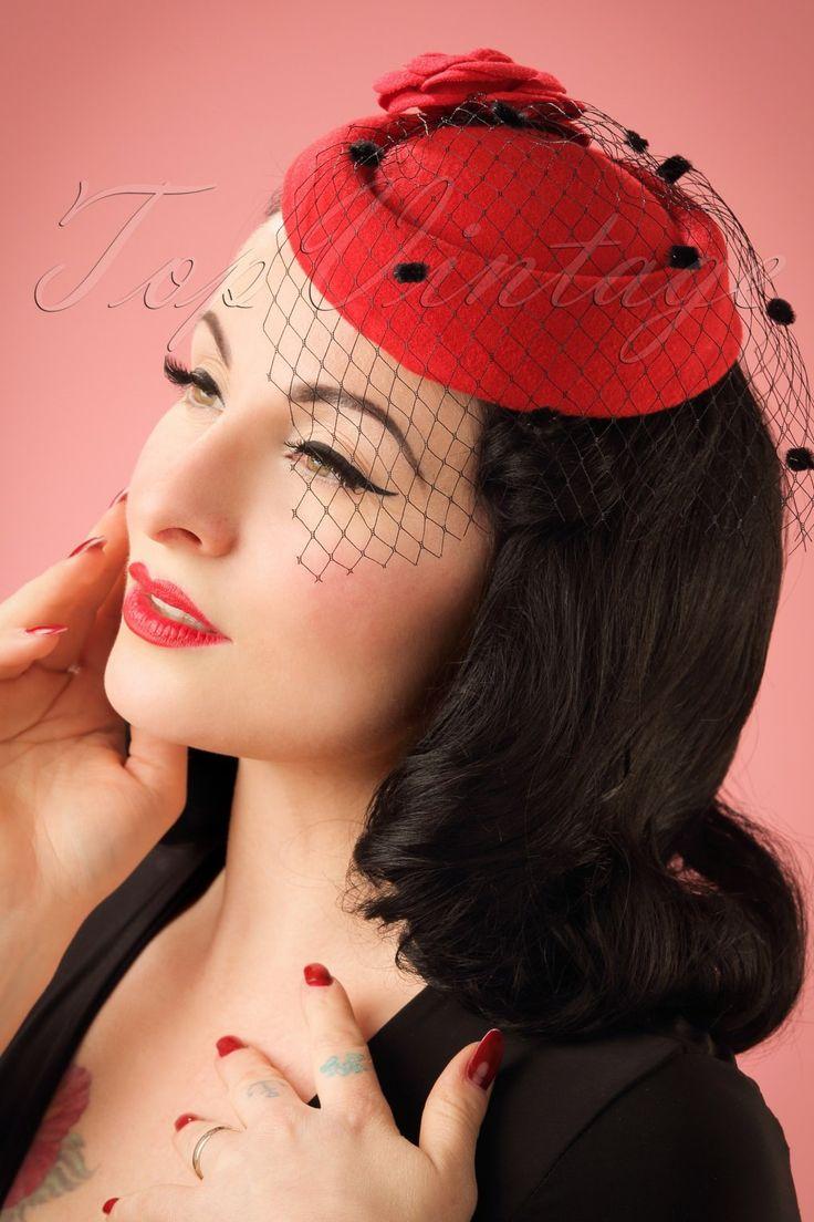 Met deze 50s Marilyn Fascinatorben jij net zo glamorous als Marilyn!Maak jouw elegante outfit helemaal af met deze beauty! Deze prachtige fascinator heeft een mooie rode bloem aan de zijkant en een mysterieuze zwarte sluier, versiert met kleine zwarte dotjes. Afgewerkt met een zwarte haarklem om hem aan je haar te bevestigen zodat het hoedje goed op zijn plaats blijft zitten. Elegance at its best!  Sluier met kleine zwarte dotjes Bloem Zwarte haarklem