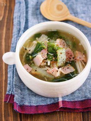 寒い季節に最適な 野菜たっぷり!ヘルシーなポカポカスープ。 生姜入り&とろみつきなので 身体が芯から温まりますよ♡ また、作り方もとっても簡単で お鍋に材料を重ねたら あとは10分コトコト煮るだけ。 たったこれだけで スープには旨味がたっぷり! また、白菜もとろっとろ♪ 今週は、寒さが増すようですので このスープで身体を温めてくださいね♡