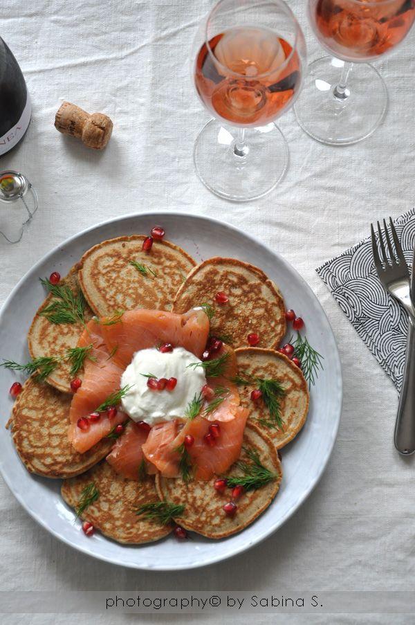 Due bionde in cucina: Pancakes di grano saraceno con salmone affumicato, panna acida, aneto e melograno