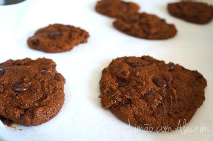 cookie-de-whey-protein (farinha de arroz, cacau, farinha de amendoas, ovo, leite)