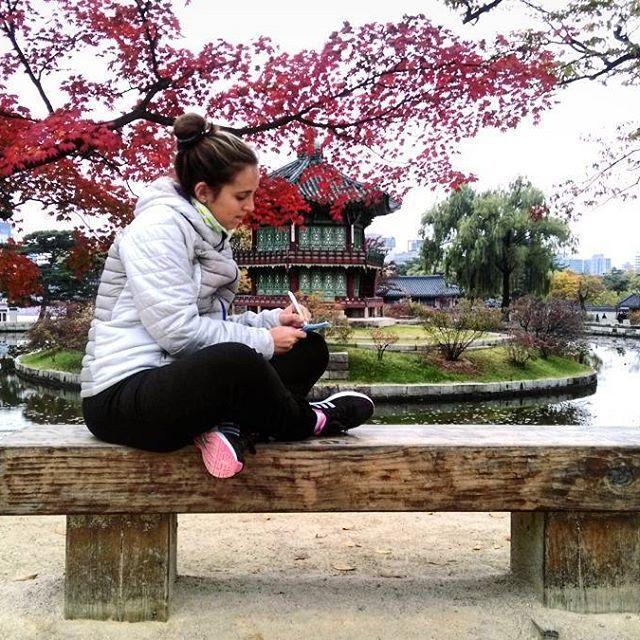 Hoy fuimos a pasear y conocer algunos de los lugares emblemáticos de Seúl gracias a #discoverseoulpass. Entre las muchas atracciones visitamos el Palacio Gyeongbokgung, el más importante de la ciudad. Sí, es un lugar con historia y todo lo que quieran, pero para mí es el escenario perfecto para disfrutar del otoño. 😍 #nicoymaruenasia #Seoul #southkorea #coreadelsur #imtb #travelbloggers #storytellers #travel #travelling #traveler #backpackers #backpackingasia #instatravel #instapic #autumn…
