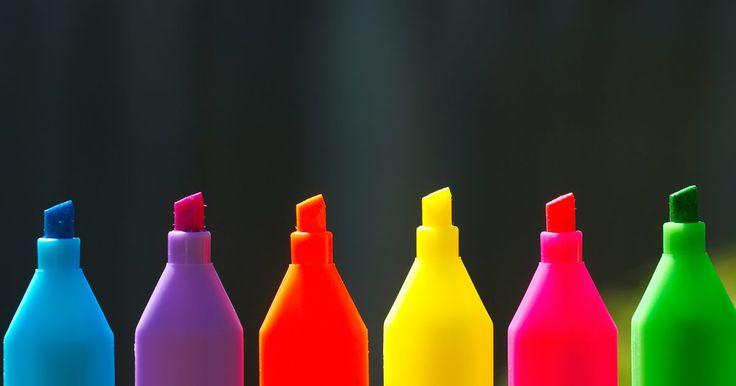 Boas ideias para desenhos com tie dye. Uma das angústias de se trabalhar com tingimentos tie dye é a bagunça generalizada que fica para trás. Um método mais fácil é usar canetas marcadoras permanentes Sharpie com álcool líquido, como substituto do tie dye. Com os panos presos a tigelas por elásticos, as crianças e os artesãos podem colorir desenhos de explosões estelares e derramar o ...