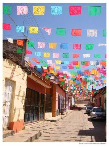 メキシコのお祭り・フィエスタになると街がパペルピカドによってどんどん華やかで可愛く、素敵に飾りつけられていきます! 青空を背景として広がっていくカラフルで華やかなパペルピカドが素敵すぎる♡