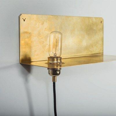 Grafisk væglampe fra Frama. Væglampe 90° i massivt messing.