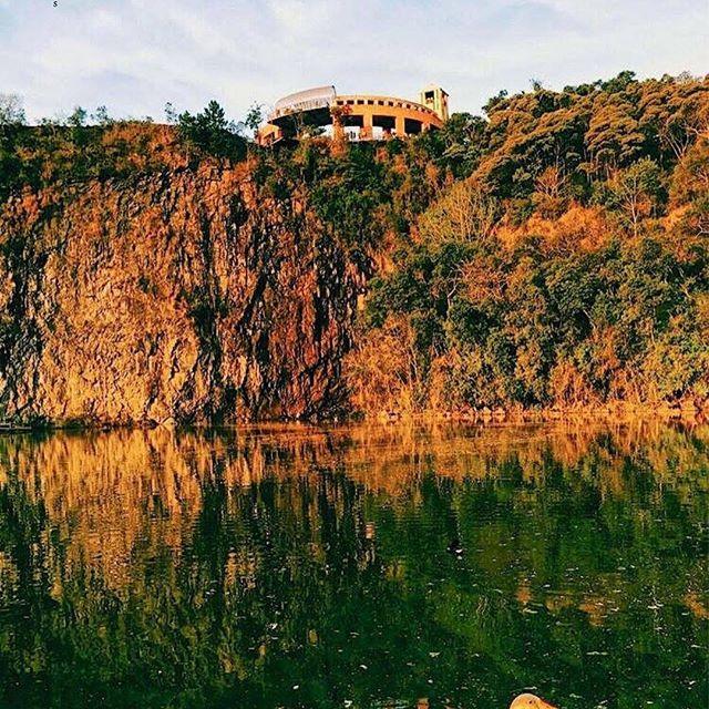 Em um fim de domingo fomos conhecer o Parque Tanguá, um dos pontos turísticos de Curitiba. Inaugurado em 1996, encanta pela sua beleza. Envolve uma área de 235 mil m², lugar de um antigo complexo de pedreiras desativadas. Também preserva áreas verdes próximas à nascente do Rio Barigui, com araucárias, e possui uma cascata, dois lagos e um túnel artificial que pode ser visitado de barco ou à pé. O conjunto do parque inclui, também, um mirante, ciclovia, pista de Cooper e lanchonete. Perfeito…