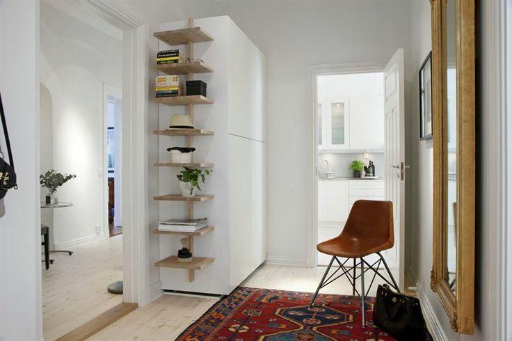 Entré/hall med vy mot kök och inre hall/kontor