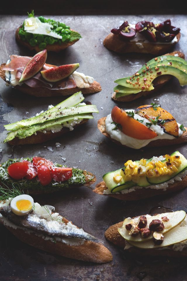 Summer Crostini Party via Honestly YUM #appetizer #foodstyling #foodbar