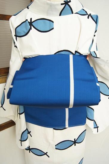 フィンランドの国旗のような雪と湖を思わせる白とディープブルーのバイカラーも清々しく、シンプルなボーダーデザインが織り出された単帯です。