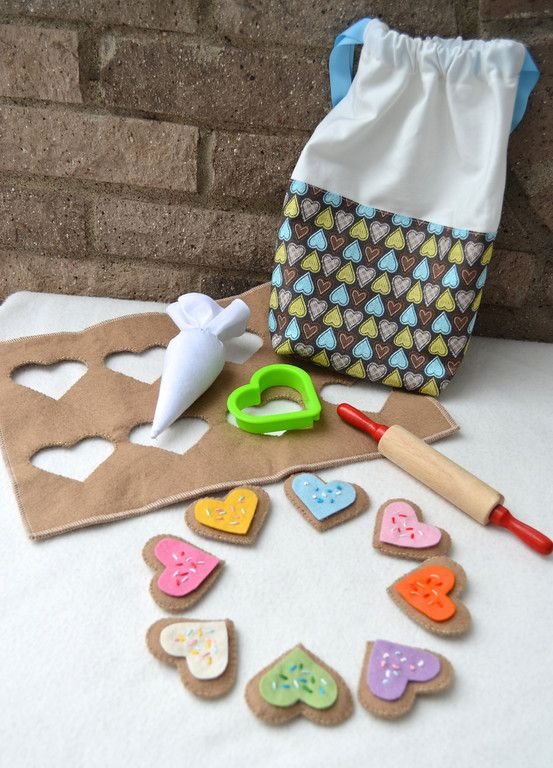 Cookies, piping bag, frosting, oh my!  The kiddos would just love this...back to the felt pile we go!