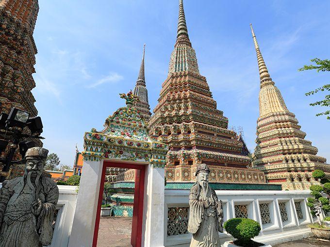 """色彩豊かなバンコク最古の寺院  数多くの寺院が点在するタイの首都・バンコク。そのなかでも最古の寺院である「ワット・ポー」には、いくつもの美しい見どころが点在しています。全長約46mにも及ぶ黄金色の涅槃像をはじめ、古代インドの叙事詩『ラーマーヤナ』などをモチーフにした壁画、色とりどりの陶器の欠片に覆われた巨大な仏塔……。タイならではの繊細で華やかな色彩に彩られた寺院をめぐり、日本の""""詫び・寂び""""とはひと味違った美しい世界観を楽しんでください。"""