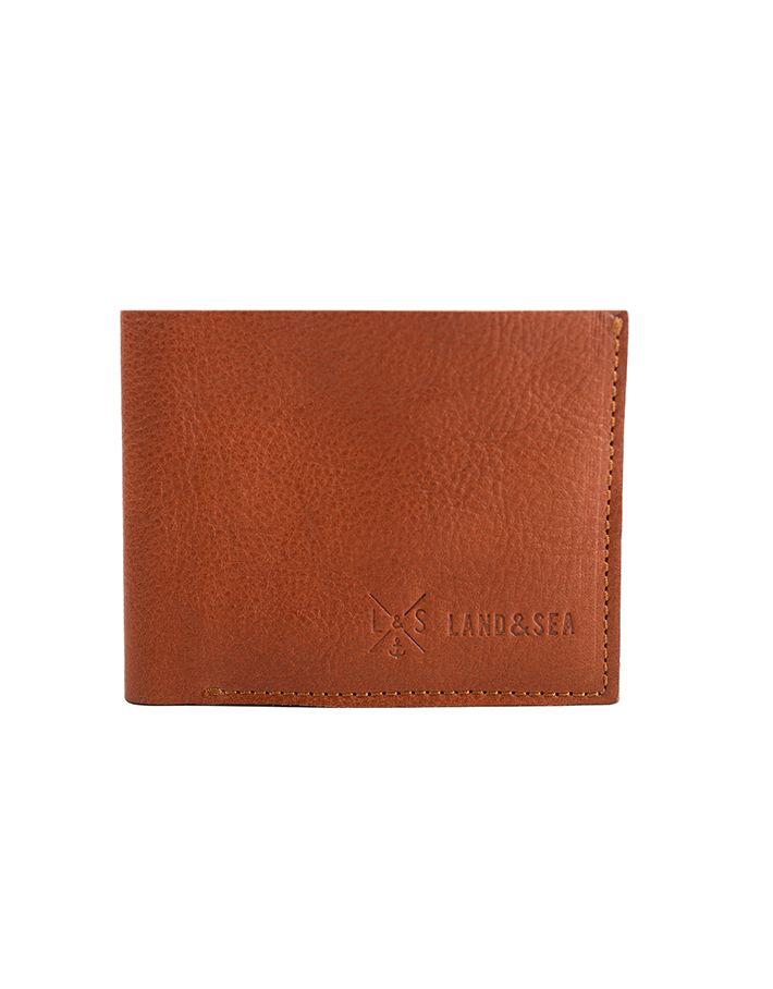 Lo Slim Pocket Wallet Brown è un Portafoglio piccolo da uomo in pelle marrone di altissima qualità tagliato a vivo con cuciture a vista. Internamente contiene quattro scomparti per contenere ogni tipologia di carta e tessera, completamente realizzato a mano.
