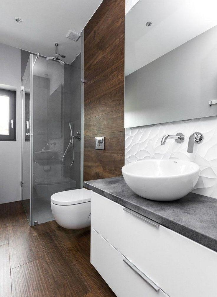 Fliesen in Holzoptik, graue Fliesen im Duschbereich und weiße Akzente