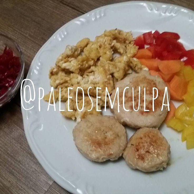 Jantinha de hoje para fechar o dia 3: frango ovo mexido com pimenta caiena cenoura crua pimentões (amarelo e vermelho) e chucrute. Durante a tarde tomei um café e comi umas lasquinhas de côco.  Tem dúvidas sobre a paleo? LINK NA BIO! #dieta #dietas #dietasempre #dietasemsofrer #dietapaleolitica #dietapaleo #paleo #paleofood #paleobrasil #paleolitica #paleolife #paleolifestyle #paleodiet #mydiet #eatclean #primal #primalfood #realfood #bixoeplanta #bichoeplanta #eatreal #fit #primalbrasil…