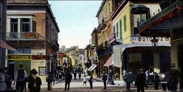 Καρτ-ποστάλ του 1905-1910, που απεικονίζει την Αιόλου, στο σημείο που διασταυρώνεται με την Ευριπίδου. Το φωτογραφείο ανήκει στον γνωστό φωτογράφο της εποχής Πέτρο Μωραΐτη, και είναι ένα από τα τέσσερα που υπήρχαν τότεστην Αιόλου.