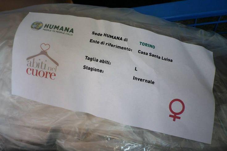 """Uno degli oltre 200 pacchi di abiti, biancheria e accessori per l'igiene, distribuiti a Torino a donne in difficoltà, grazie alla campagna """"Abiti nel Cuore""""."""
