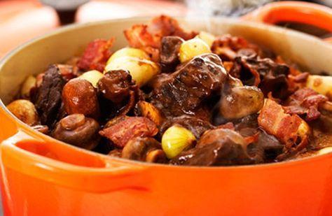 Torkad timjan, rött vin och skivad bacon är bara några av ingredienserna i denna mustiga nötköttsklassiker.