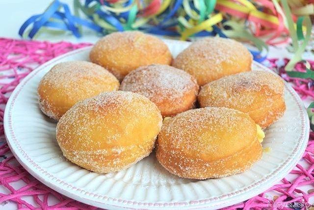 I bomboloni sono dei golosi dolci fritti di pasta morbida di forma circolare ricoperti di zucchero e poi farciti con crema pasticcera. Ecco la ricetta per
