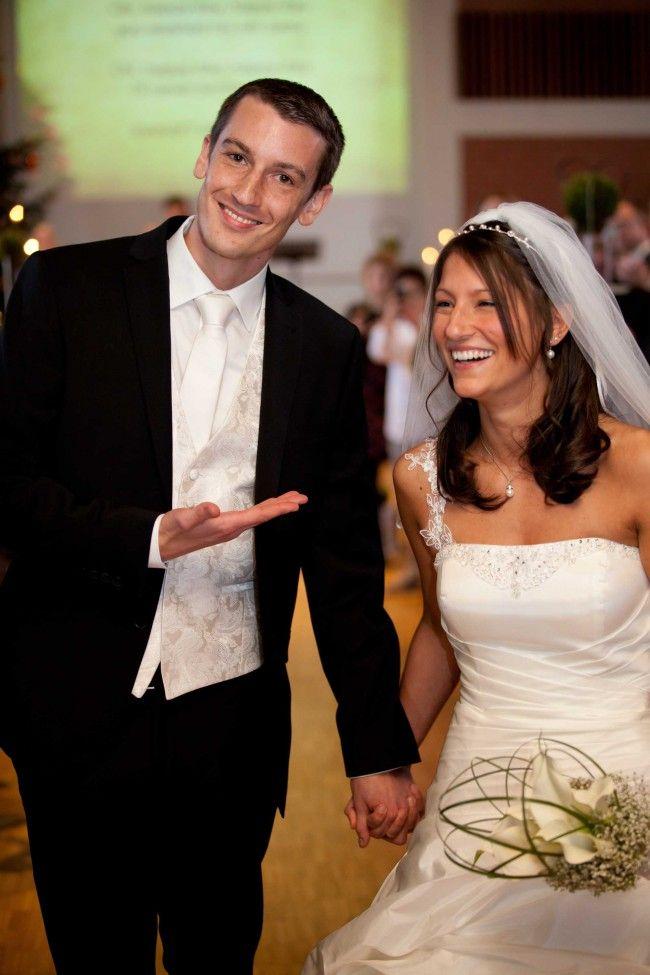 Hochzeitsfotos, Kirchenauszug, Verheiratet, Hochzeitspaar, Kirche, Hochzeitsfeier, Bräutigam päsentiert seine Braut, Mainz, Hochzeitsfotograf