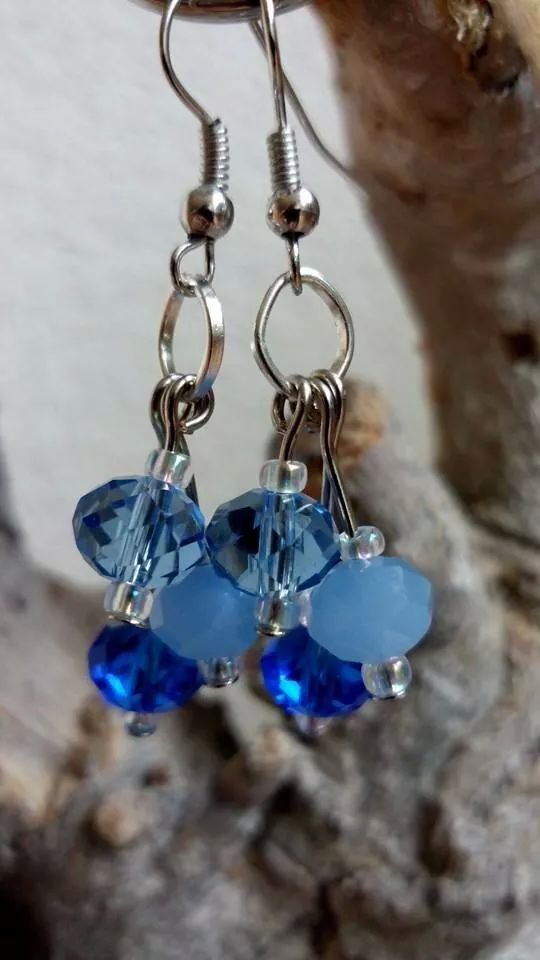 Oorbellen gemaakt met facet geslepen glaskralen, in verschillende blauwtinten.