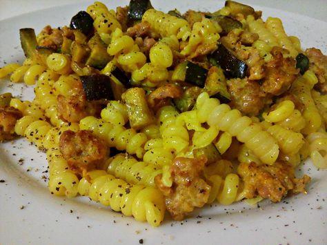 Pasta con salsiccia, zafferano e melanzane Ingredienti: (per una porzione) -80gr di pasta del formato preferito -100gr circa di melanzana -una salsiccia -u