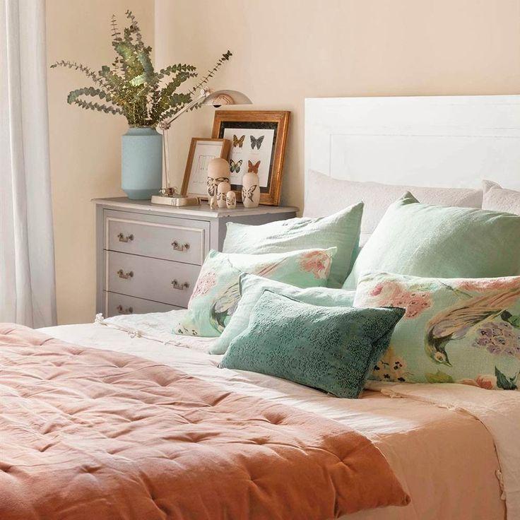 Basta con cambiar el color de las paredes y la ropa de cama para dar un giro de 180º al dormitorio. Te lo demostramos con este antes y después con hasta cinco looks para elegir