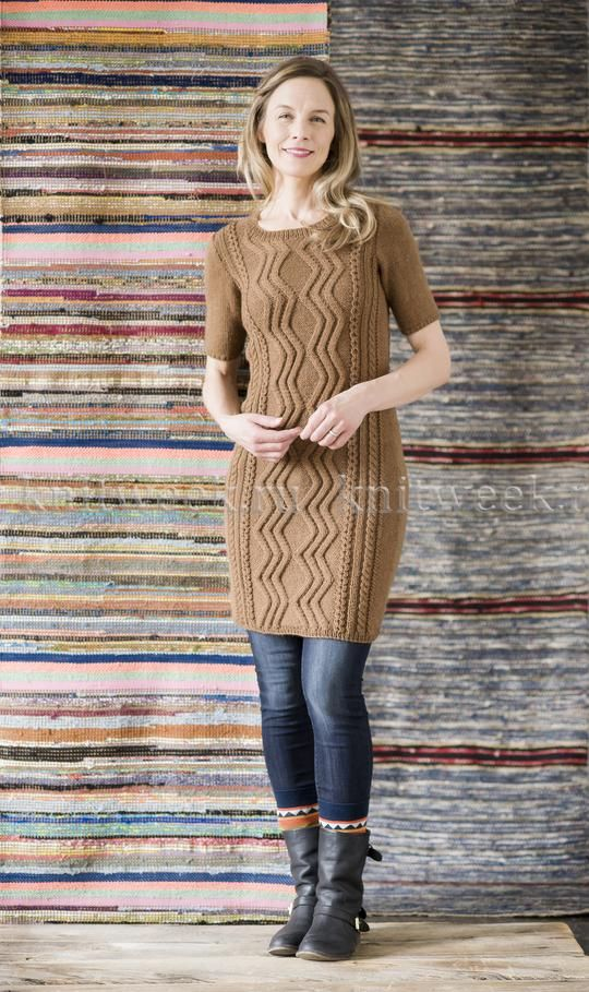 Облегающее платье с аранами и коротким воротником