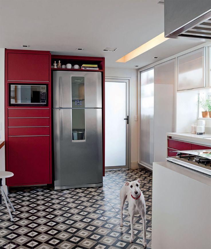 Flavio Henry e Rita Enz, da HE Arquitetura, optaram por placas da Ladrilar na cozinha.