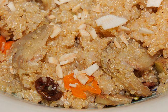 Insalata di quinoa con carciofi, uvetta, mandorle e peperoncino aji