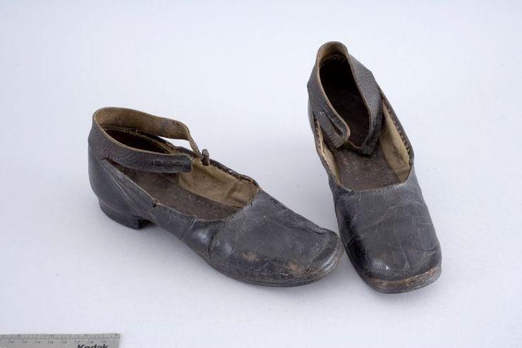 Slejfskor i läder, Skåne, 1850-60. Malmö Museer, nr. MM 001927:007
