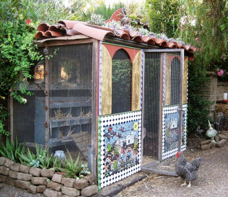 Oooolala! A mosaic chicken coop with a Spanish tile roof! Happy hens no doubt!