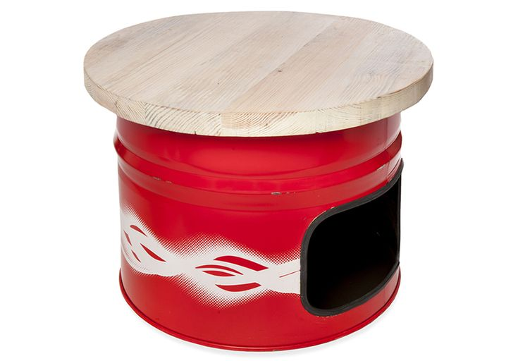 """Mesita de madera y bidón de aceite reciclados a juego con las """"Butakas""""."""
