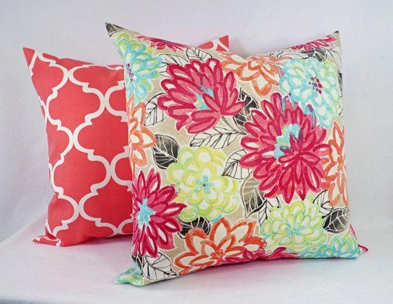 Taies d'oreiller en plein air! Cette liste est pour deux taies d'oreiller décoratif aquarelle en plein air. Ces oreillers bleus et roses insérer n'importe quelle taille coussin d'une housse lombaire de 12 x 16 à un simulacre d'euro 26 x 26 et sont 100 % polyester. Ces motifs floraux serait un excellent ajout à votre patio! Couleurs sont rose, turquoise, orange corail, vert, ocre jaune et noir. Cette liste est pour juste les taies d'oreiller, les inserts ne sont pas inclus.* ** Pour…