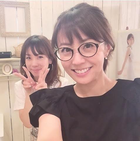 メガネ姿の小林麻耶