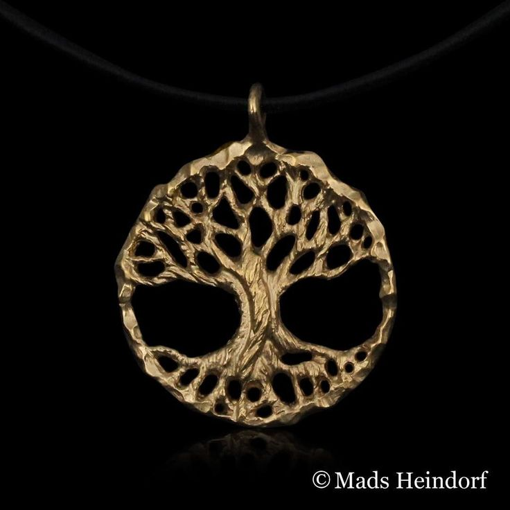 Livets træ - dybe rødder forankrer os i vores virkelighed imens vores grene drømme og håb strækker sig mod himmel og uendelighed  #madsheindorf #jewellery #handmade #danishdesign #gold #pendant #treeoflife #deeproots #symbols #grounding #growing