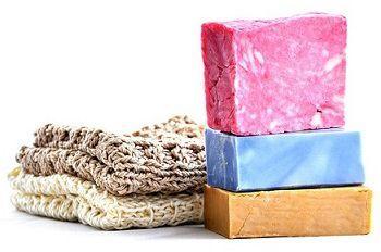 Come fare il sapone fatto in casa senza soda caustica, un procedimento semplice per ottenere un sapone naturale senza sostanze pericolose.