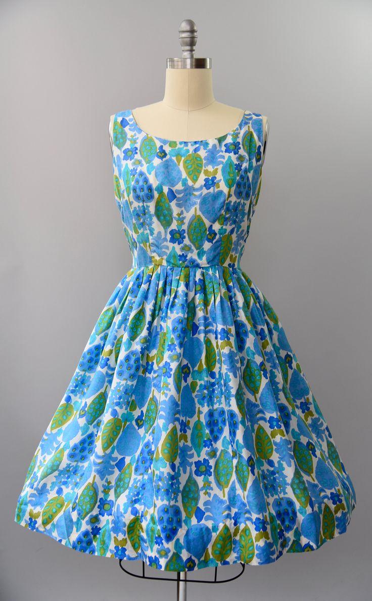 Prachtige jaren 1950 zijden jurk in een mooie blauwe botanische bloemen met gesmoord taille, volledige rok, mouwloos bovenlijfje met scoop neckline en Verdekte metalen rits van terug. Bekleed, lichtgewicht en floaty — ideaal voor de zomer!  voorwaarde: uitstekend, vers schoongemaakte en klaar om te dragen Label: geen, alleen een Unie label gemaakt materiaal: zijde  ---✄---Metingen---✄--- Bust: 40 in Taille: 30 in schouder aan taille: 16 in lengte: 40 in passen: groot  ➸ GEEN TERUGGAVEN…