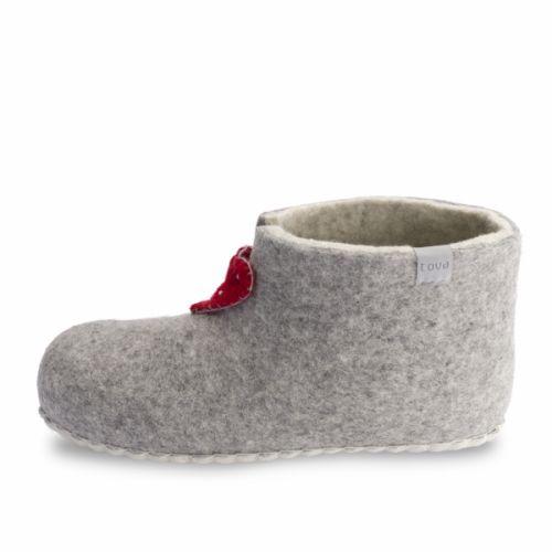 Høy modell som varmer godt omkring ankelenTøffelen er laget av 100 % merinoull og med såle av semsket skinn.Hjerter med perledekor gjør dette til en ekte